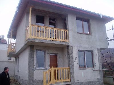 Красива двуетажна къща