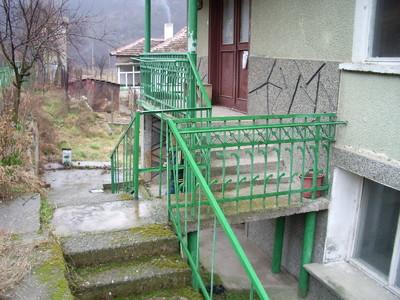 Масивна къща в красиво планинско село